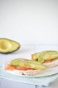 Rijstwafels met zalm en avocado