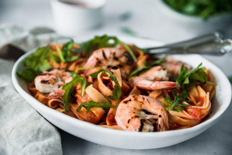 pasta rode saus met garnalen en pesto