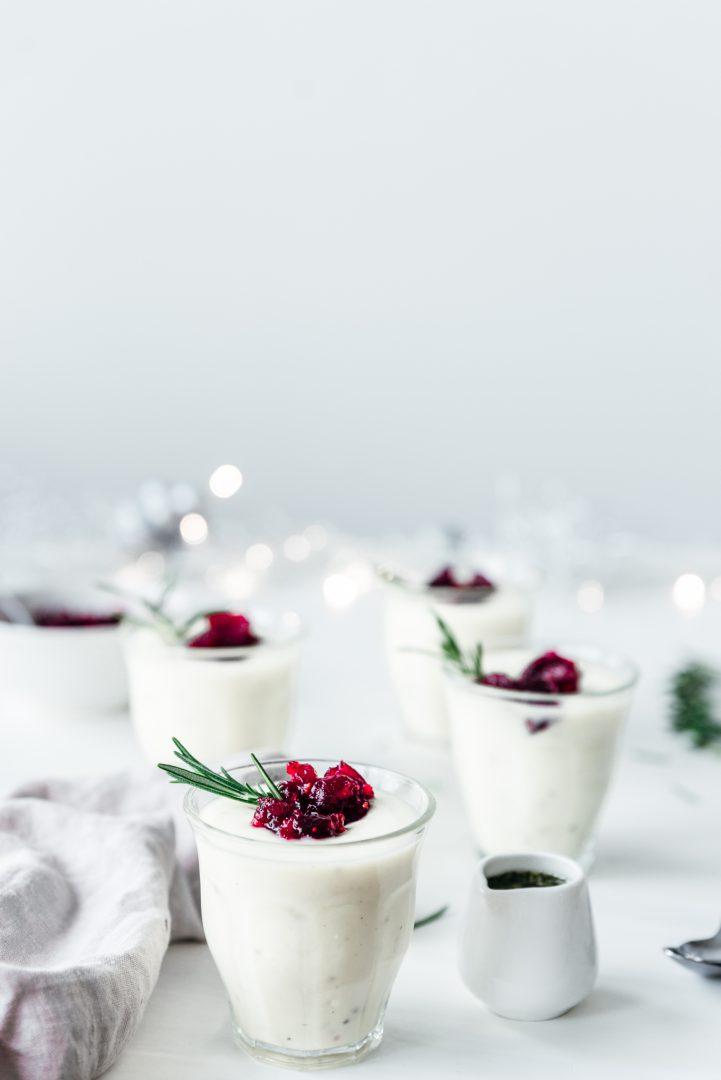 Bloemkoolsoep met cranberryjam en rozemarijnolie