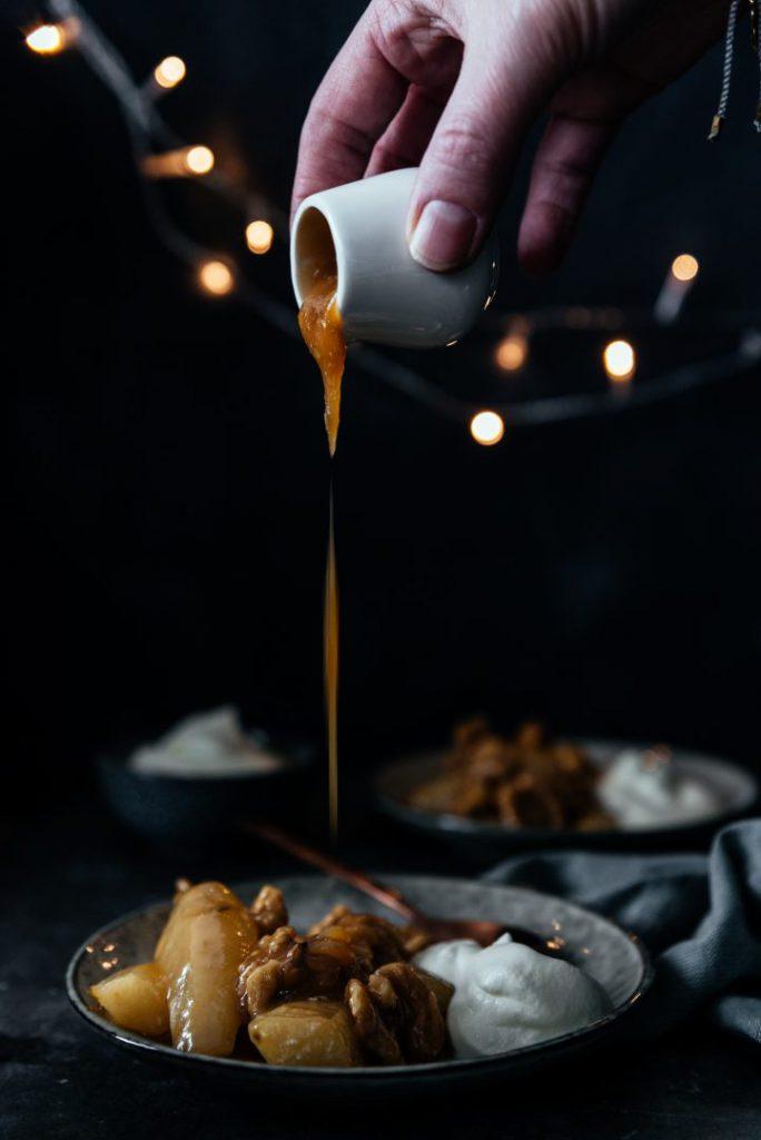 Peren met karamel, rozemarijn en honingslagroom