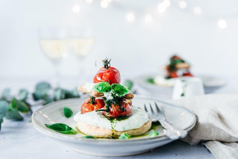 Kersttaartjes met geconfijte tomaatjes en opgeklopte ricotta